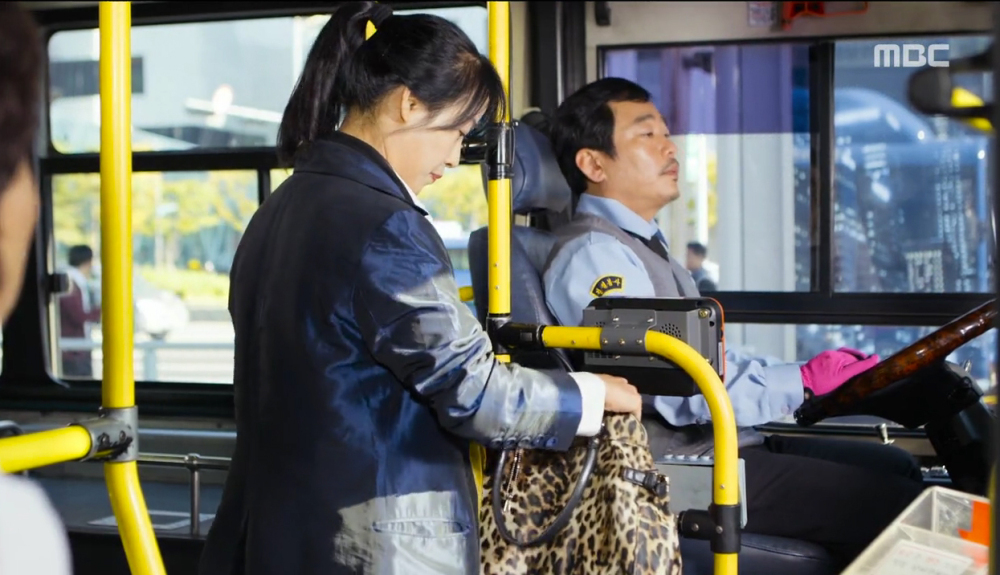 bus-paying-fare-kdrama-legendary-witch-episode-1-1000x575